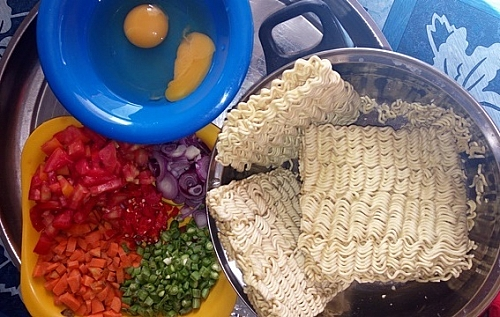 Ingredients for cooking instant freid noodles