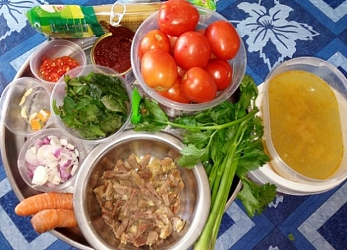 Simple ingredients for spaghetti bologese sauce