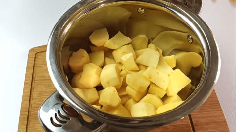 Bring the potatoes into a pot